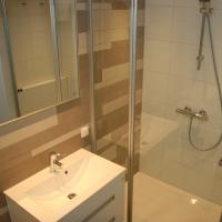 Badkamer met ligbad en aparte douche